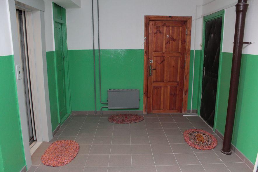 В подъезде, который ремонтировали сами жильцы, плитка лежит на каждом этаже. Фото: Юрий ПИВОВАРЧИК.