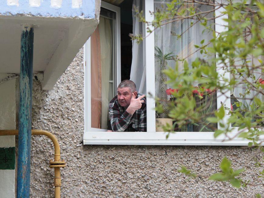 Житель первого этажа рассказывает: пока люди собирали деньги и делали ремонт, чуть все не переругались. Фото: Юрий ПИВОВАРЧИК.