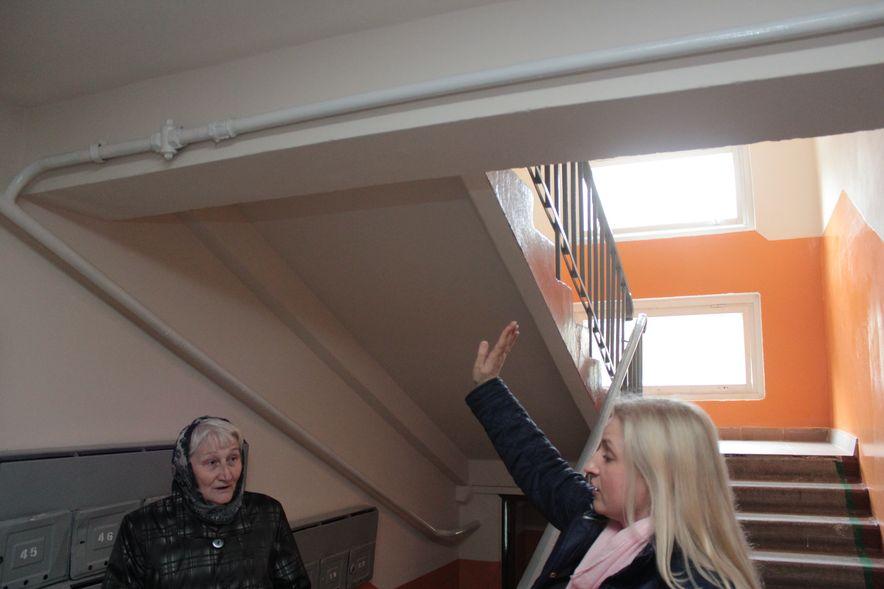Люди недовольны ремонтом, который сделал ЖЭС, и показывают, что стены и потолки неровные. Фото: Юрий ПИВОВАРЧИК.