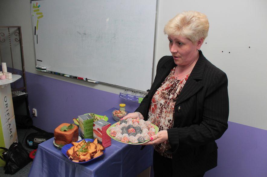 Читательница Лада Мартыненко сделала конфеты из творога. Фото: Юрий ПИВОВАРЧИК.