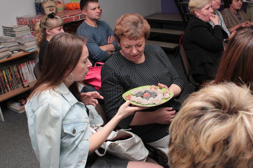 Участницы встречи дегустируют конфеты. Фото: Юрий ПИВОВАРЧИК.