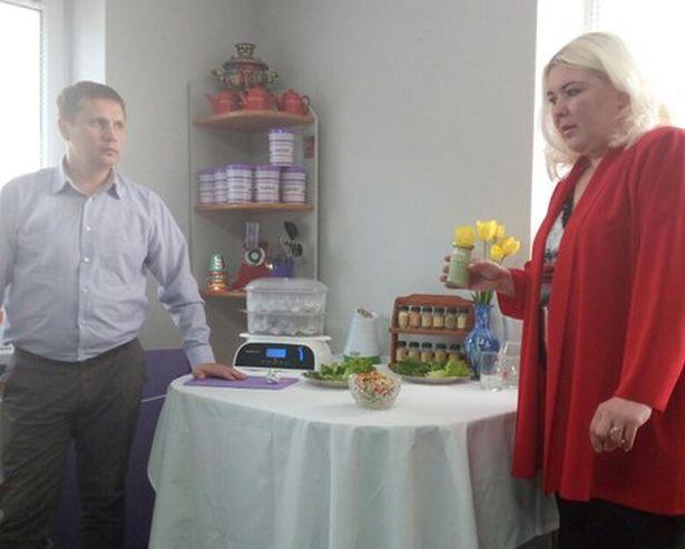 Татьяна Бибикова и Юрий Шимченя демонстрируют блюда здоровой кухни. Фото: Наталья ШИМЧЕНЯ.