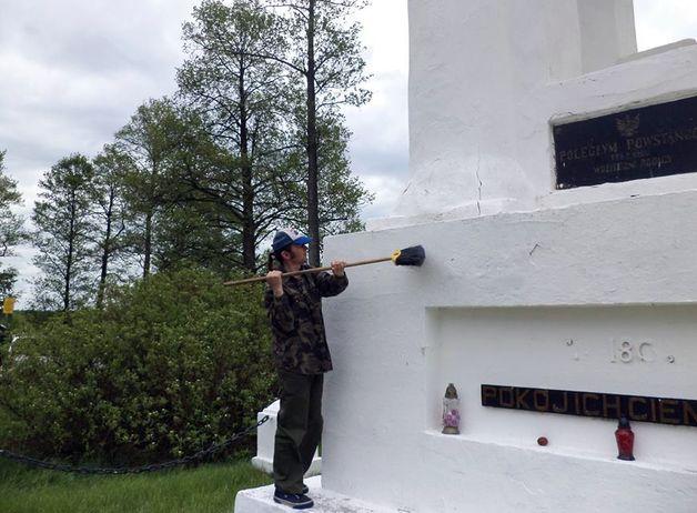 Активисты очистили памятники, убрали территорию