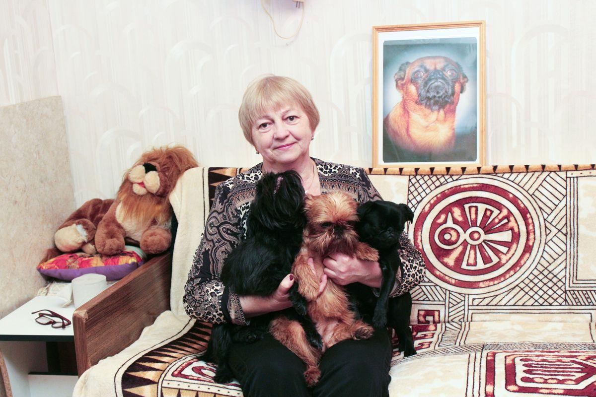 Татьяна Кравец с брабантскими гриффонами. Фото: Юрий ПИВОВАРЧИК