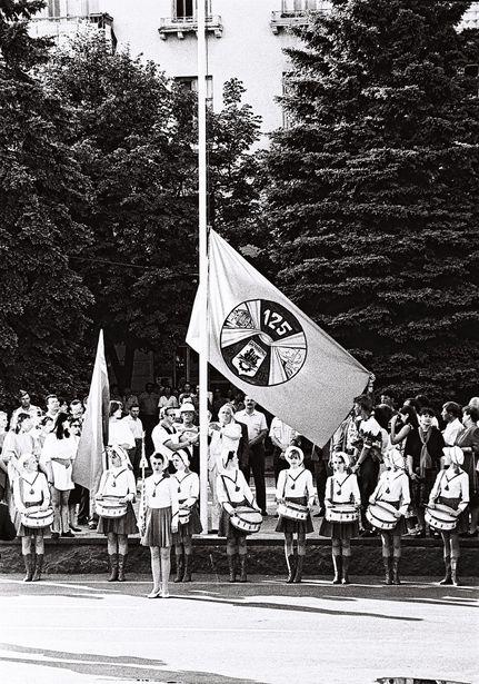 Торжественный подъем флага с эмблемой праздника, 1996 год. Фото:  Кашко М.В. из фондов Барановичского краеведческого музея