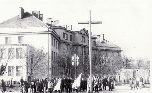 Восень 1990 года, усталяванне крыжа ў цэнтры Баранавіч. Фота: Яўген ДАЎГІЛОВІЧ