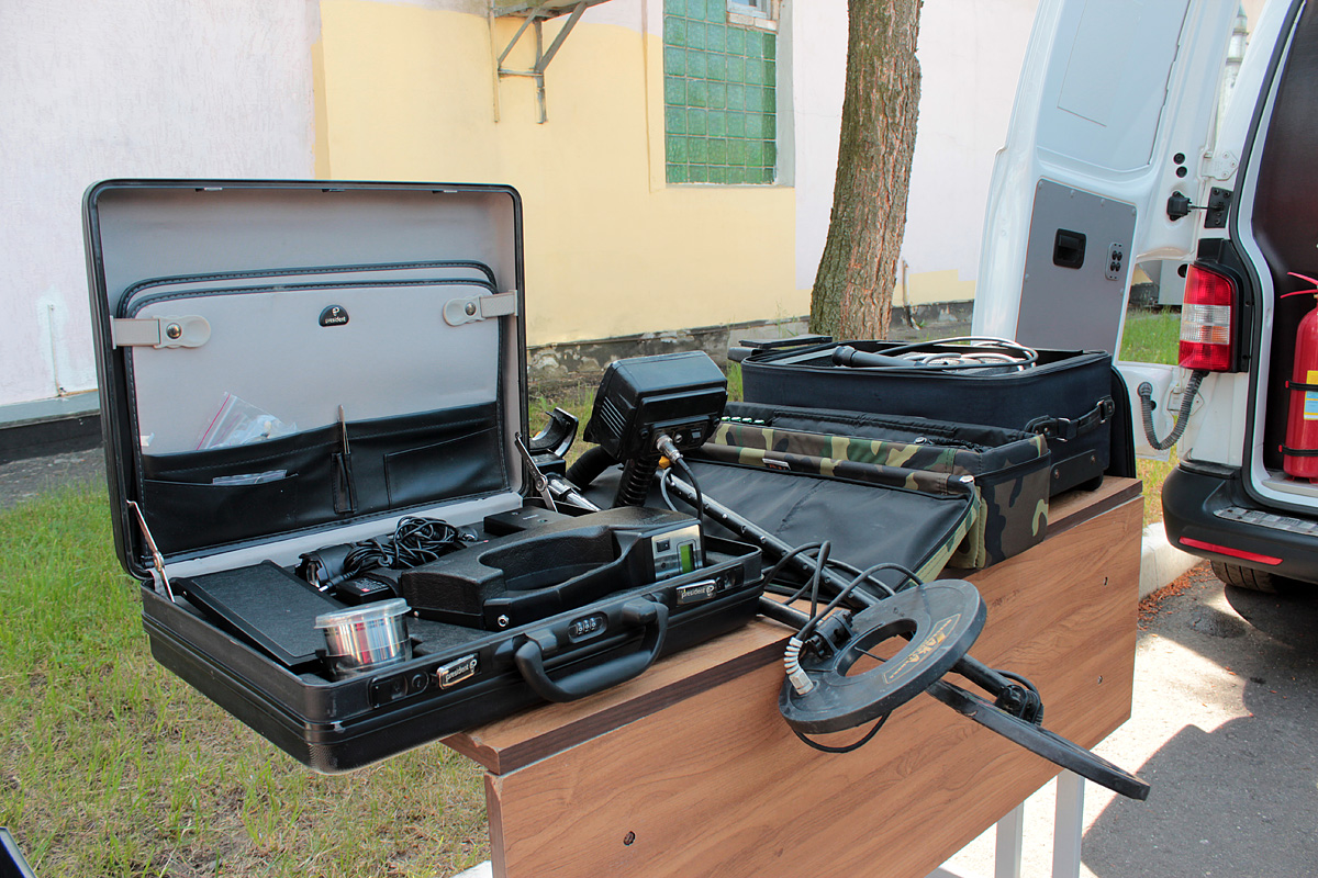 Школьникам показали оборудование саперно-пиротехнической группы. Фото: Юрий ПИВОВАРЧИК