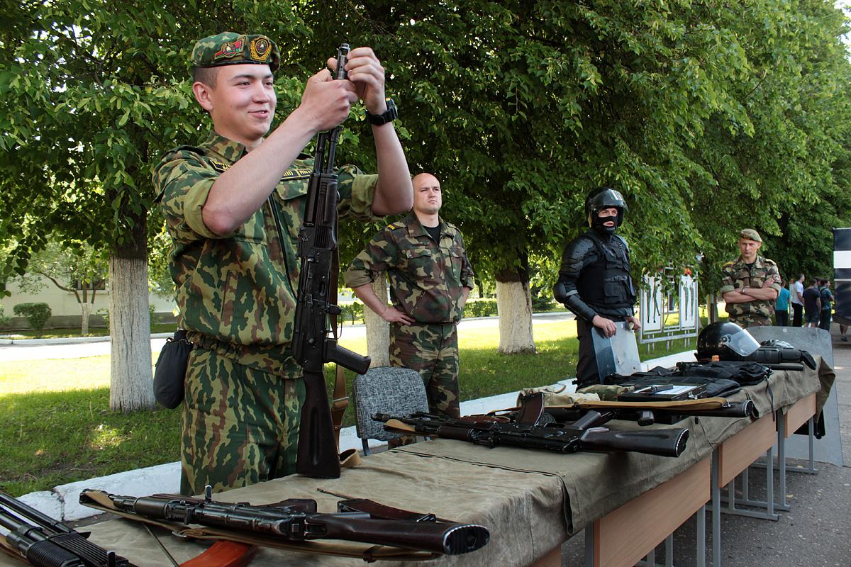 Военнослужащий патрульной роты Алексей Куцко разбирает автомат. Фото: Юрий ПИВОВАРЧИК