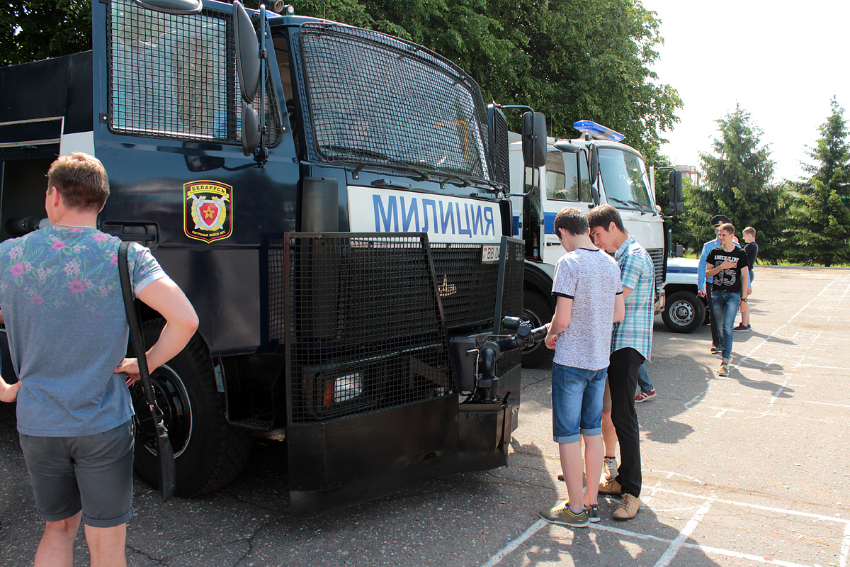Ученики школы №17 осматривают автомобиль Цунами, который используется для подавления массовых беспорядков. Фото: Юрий ПИВОВАРЧИК