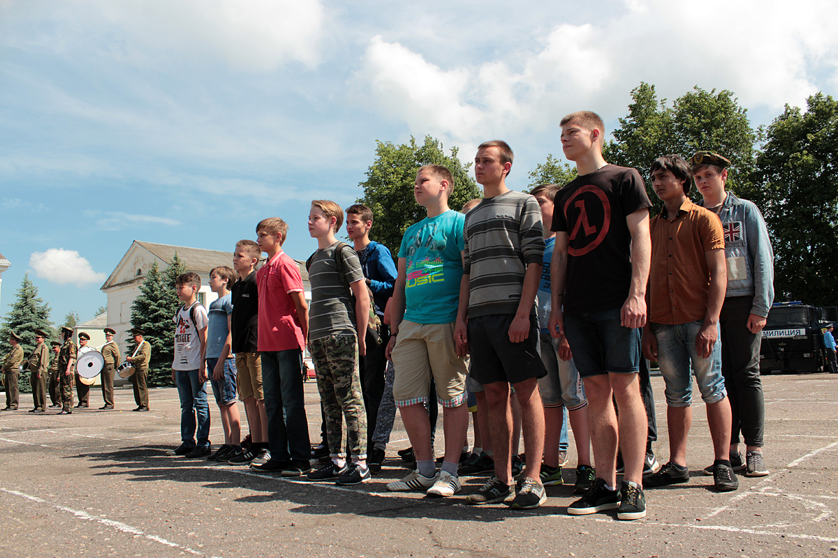 На базе в/ч 7404 открылся военно-патриотический лагерь для трудных детей и подростков. Фото: Юрий ПИВОВАРЧИК