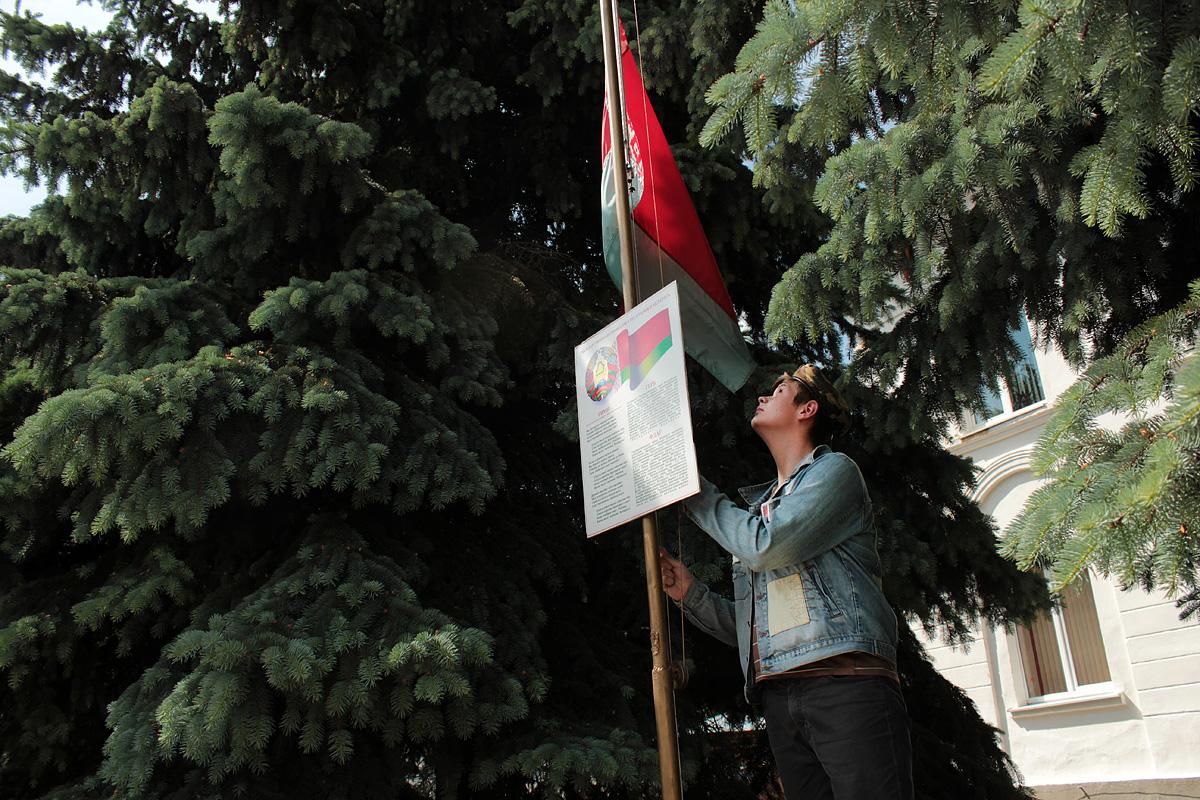 Флаг поднимает ученик 9 класса СШ №18 Павел Кистень. Фото: Юрий ПИВОВАРЧИК