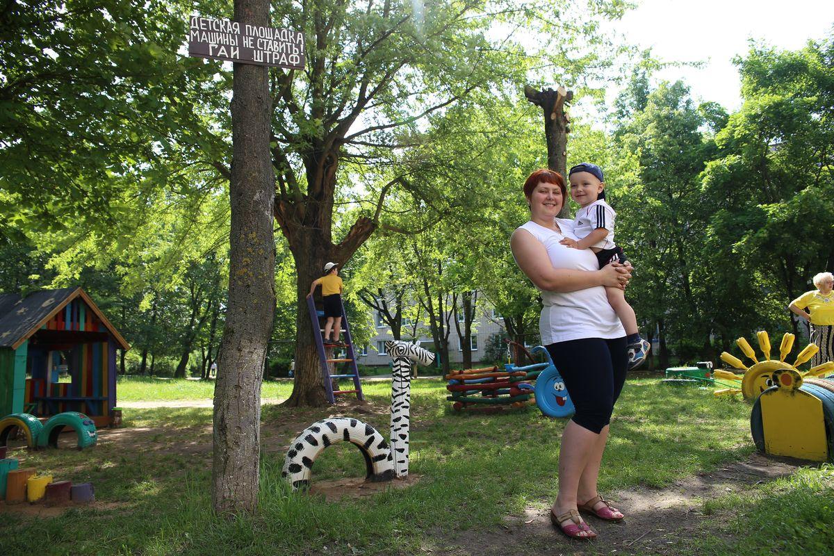 Наталия с сыном Мартином на площадке, созданной своими руками. Фото: Евгений ТИХАНОВИЧ