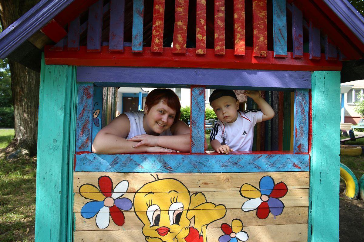 Наталия и Мартин в домике, которого еще месяц назад во дворе не было. Фото: Евгений ТИХАНОВИЧ