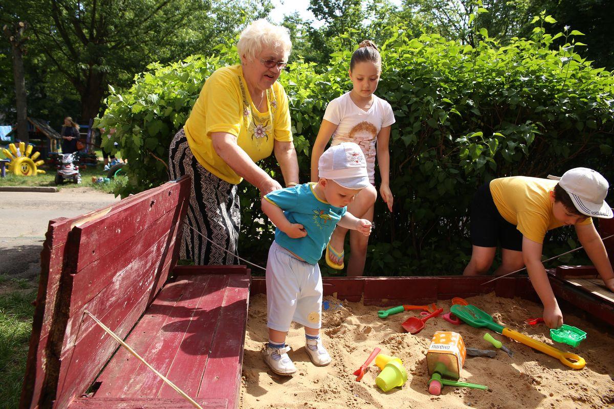 Песочница, которую супруги Капустины смастерили в прошлом году у подъезда дома. Фото: Евгений ТИХАНОВИЧ