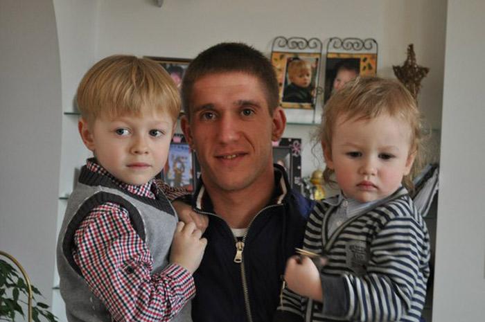 Антон Кушнир с сыном и дочкой