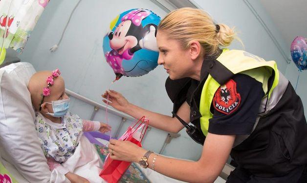 Полицейские необычным способом решили поздравить детвору.