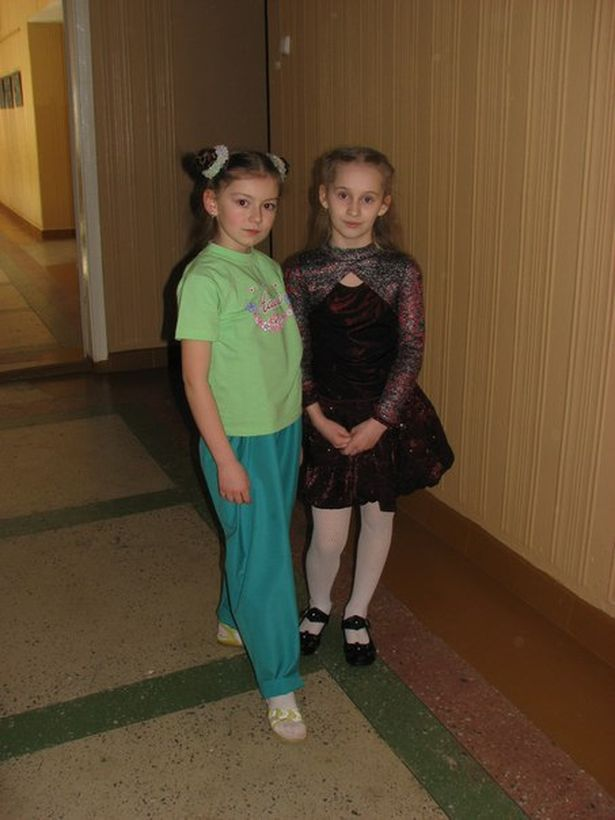 Анна Ярук (слева) с одноклассницей Катей, 2008 год. Фото: архив героини.