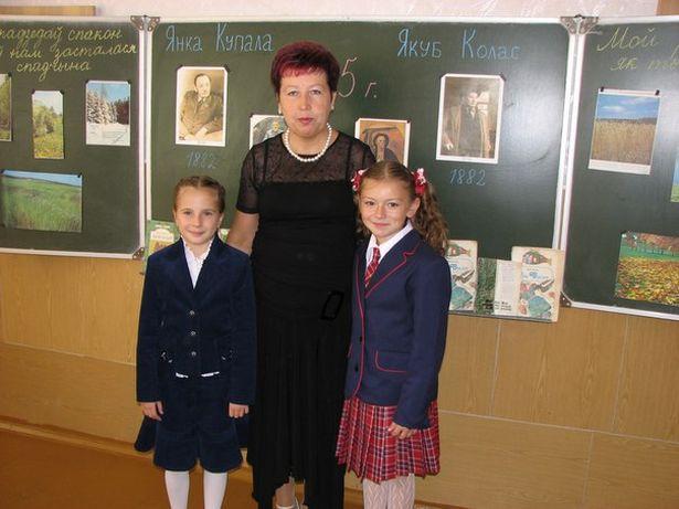 Анна Ярук (справа) с первой учительницей Людмилой Николаевной Сабалинкине и одноклассницей Таней. Фото: архив героини.
