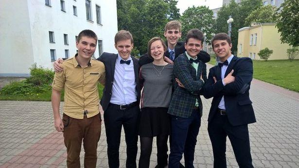 Анна Ярук с выпускниками гимназии 2015 года. Фото: архив героини.