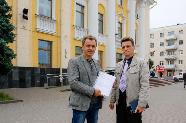Активисты отнесли в горисполком документ с предложением о создании рабочих мест. Фото: ucpb.org