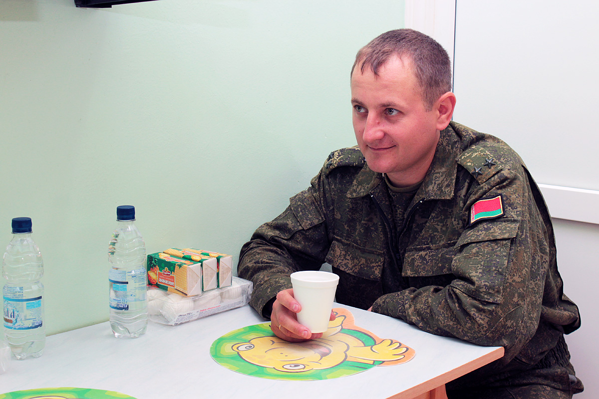 Офицер Сергей Мацуль пьет кофе перед процедурой плазмафереза. Фото: Юрий ПИВОВАРЧИК