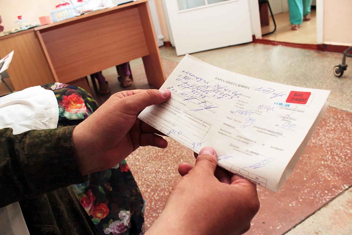 Сергей является почетным донором Республики Беларусь, на счету у него 21 сдача крови и 103 процедуры плазмафереза. Фото: Юрий ПИВОВАРЧИК