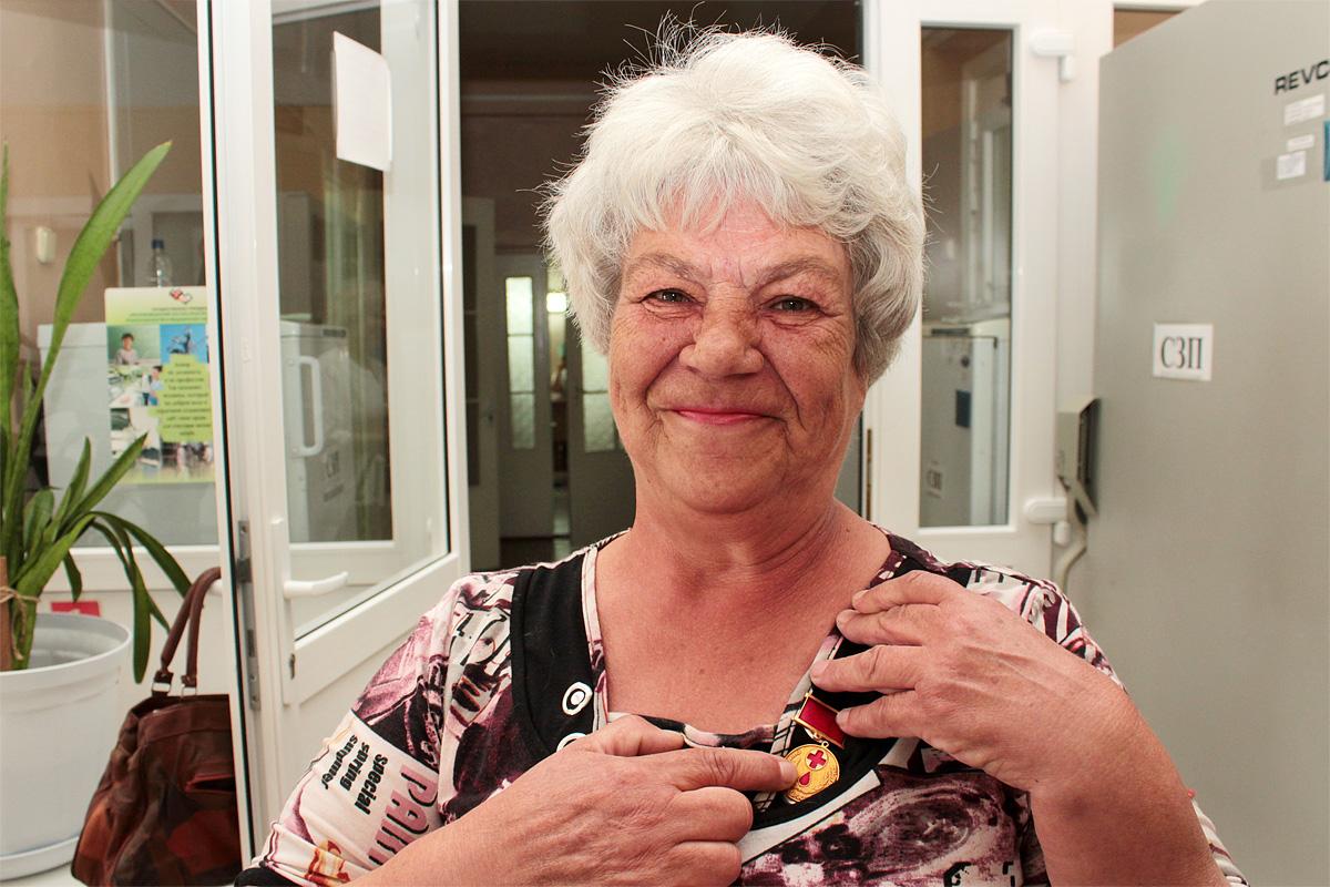 Почетный донор Республики Беларусь Людмила пришла поздравить работников станции со Всемирным днем донора крови. Фото: Юрий ПИВОВАРЧИК
