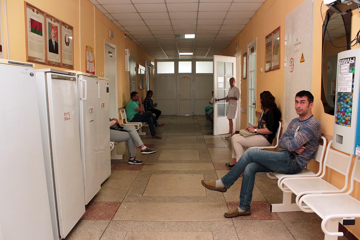 Люди, пришедшие сдавать кровь, ждут своей очереди. Фото: Юрий ПИВОВАРЧИК
