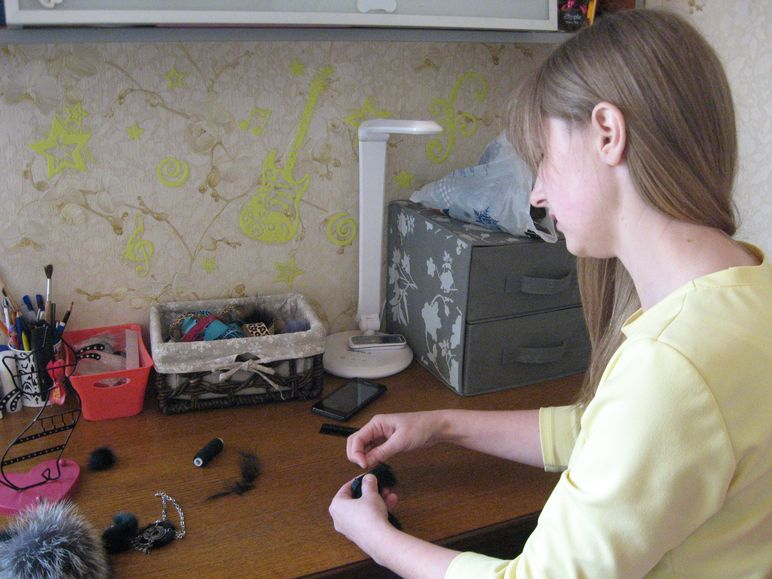 При изготовлении помпонов важно правильно раскроить мех. Фото: Татьяна НЕКРАШЕВИЧ.