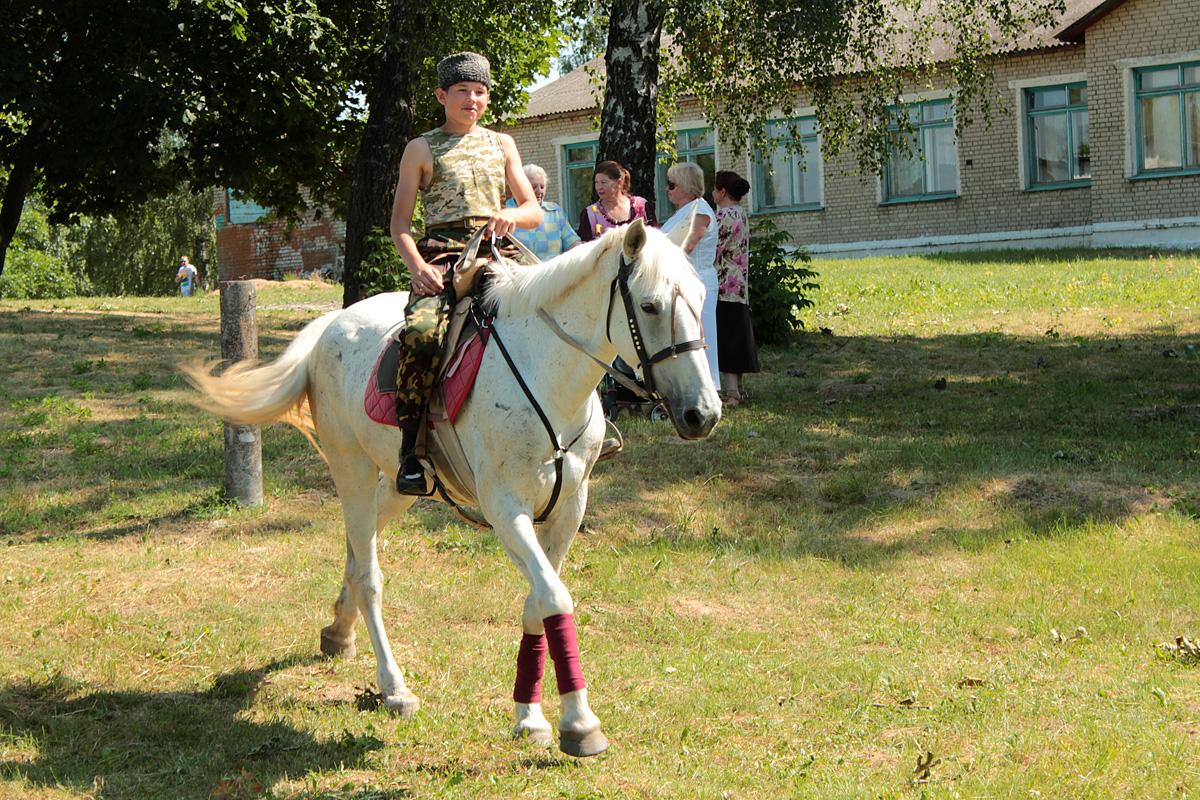 Артем Волков (12 лет) на лошадке по имени Лора. Фото: Юрий ПИВОВАРЧИК