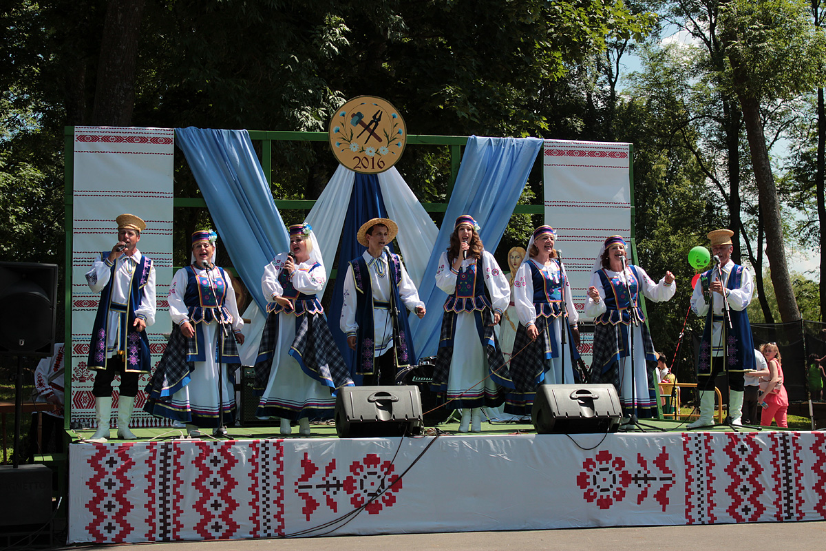 На сцене – ансамбль народной песни «Крушина». Фото: Юрий ПИВОВАРЧИК