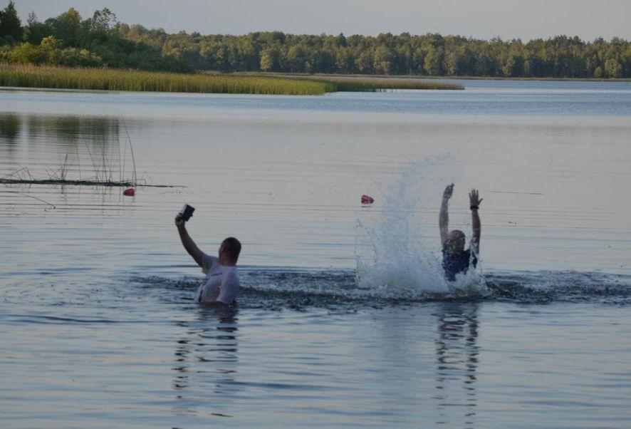 Подводные охотники делают селфи. Фото: Вячеслав КУЛЕШ.