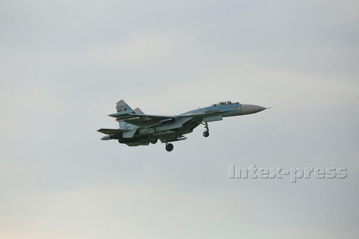 Над Барановичами летали и российские истребители Су-27. Фото: Intex-press