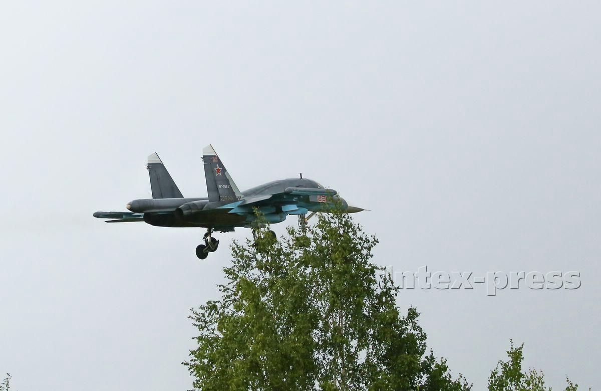 Су-34 приземляется на аэродром в Барановичах. Фото: Intex-press