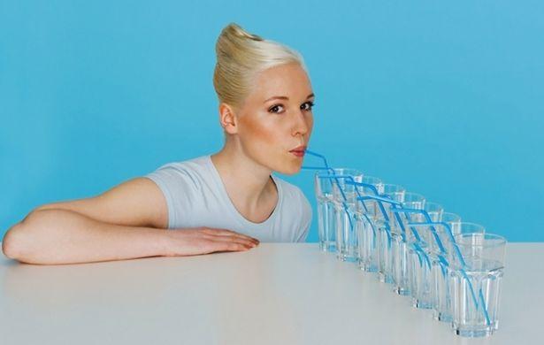 Нужно пить минимум 1 литр воды. Фото: сайт lady.mail.ru