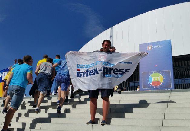 Александр с флагом Intex-press на чемпионате Европы по футболу во Франции