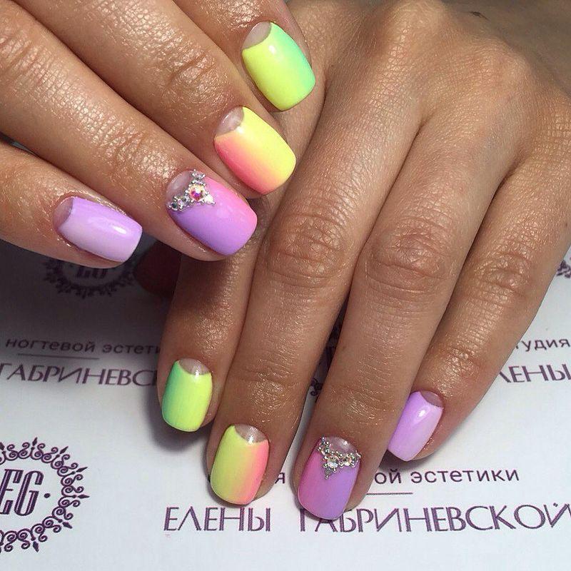 Маникюр омбре со стразами. Фото: Студия ногтевой эстетики Елены Габриневской.