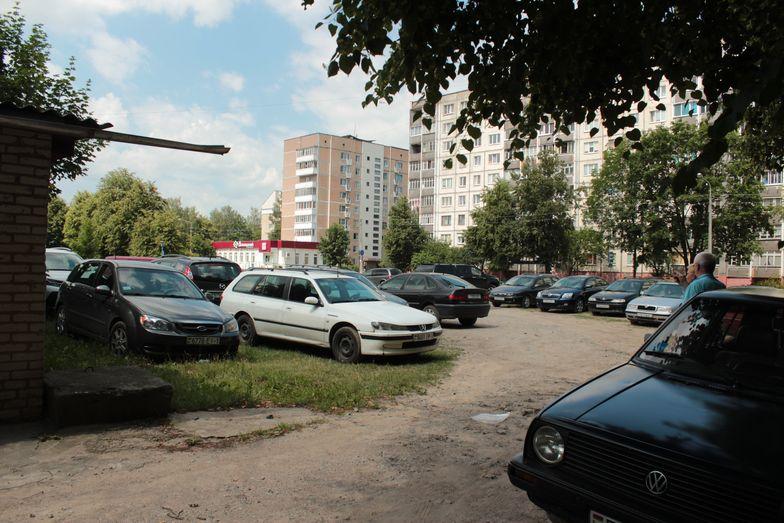 Машины возле гаражей стоят с 8 до 17 часов. Фото: Юрий ПИВОВАРЧИК.