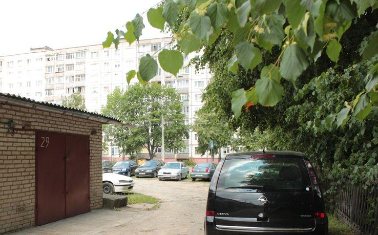 Припаркованные авто часто преграждают въезд в гаражи. Фото: Юрий ПИВОВАРЧИК.