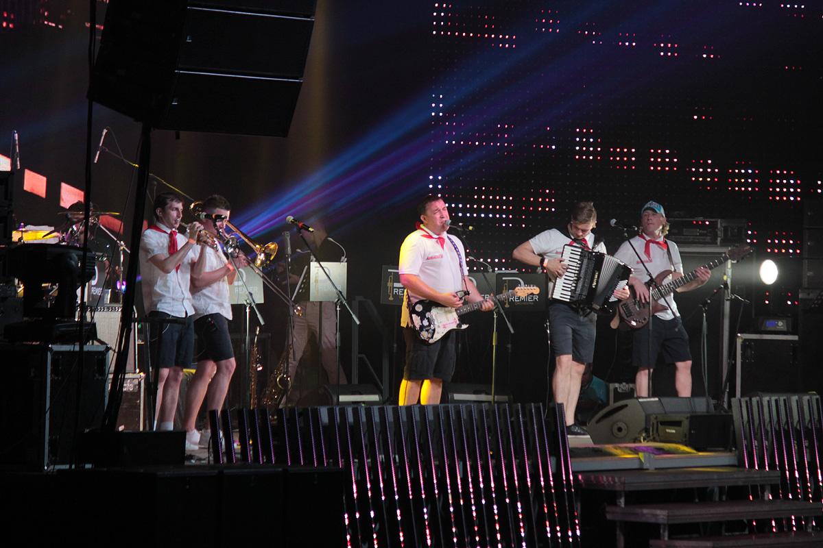 На сцене – группа «Леприконсы». Фото: Юрий ПИВОВАРЧИК