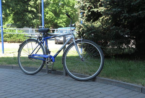 Велопарковка в виде скобы. Фото: Наталья СЕМЕНОВИЧ
