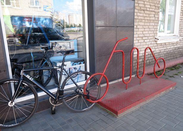 Велопарковка в виде велосипеда. Фото: Наталья СЕМЕНОВИЧ