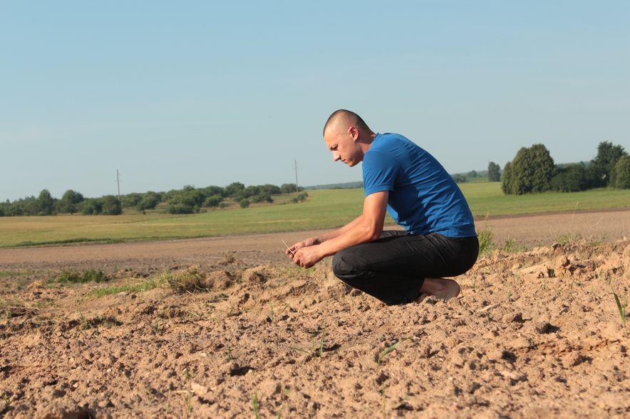Местный житель Олег не понимает, почему останки бросили в поле. Фото: Юрий ПИВОВАРЧИК.