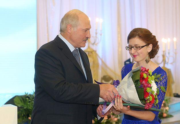 Александр Лукашенко вручает благодарность Анне Пилипчук. Фото: president.gov.by
