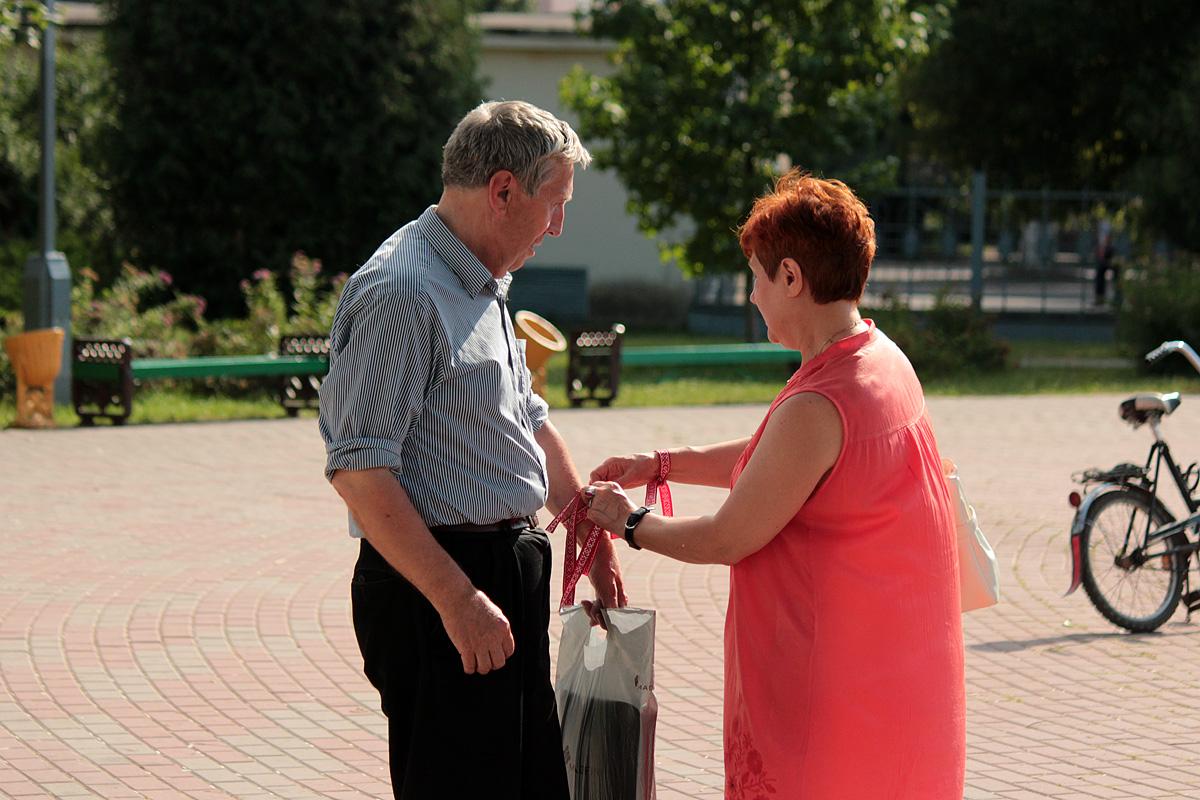 Алена Камарова віншуе баранавічан з Днём вышыванкі. Фота: Юрый ПІВАВАРЧЫК