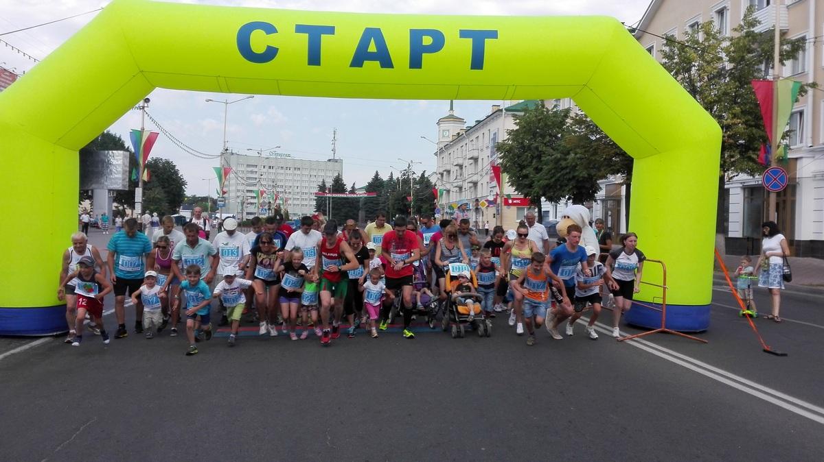 Старт семейного забега. Фото: Максим ТЮТЕНЬКОВ