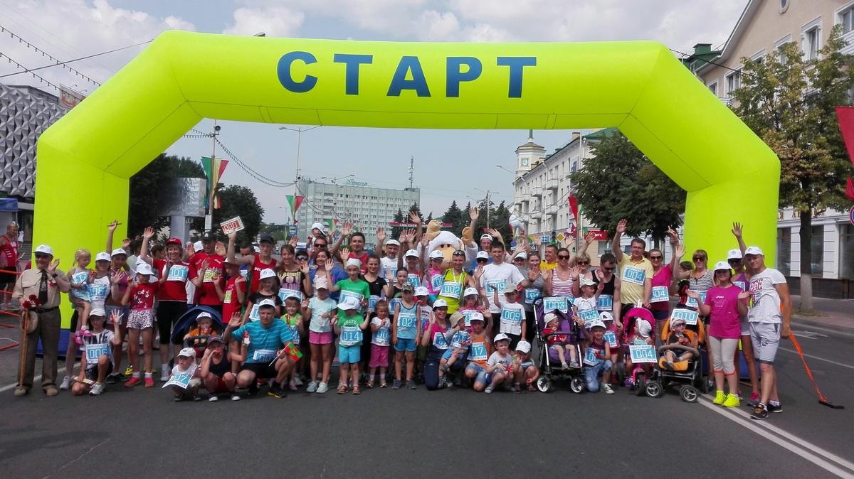 Участники семейного забега на финише. Фото: Максим ТЮТЕНЬКОВ