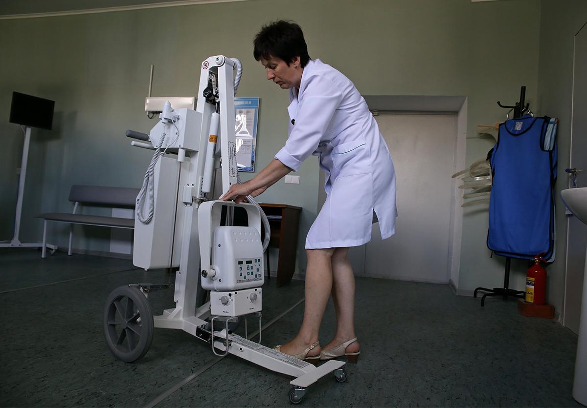 Лаборант Татьяна Овсяник раскладывает рентген-аппарат. Фото: Евгений ТИХАНОВИЧ
