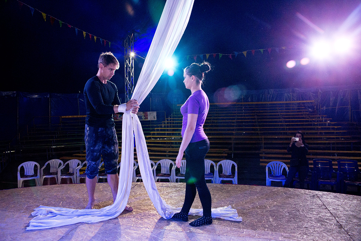 Воздушные гимнасты Максим и Катя репетируют номер