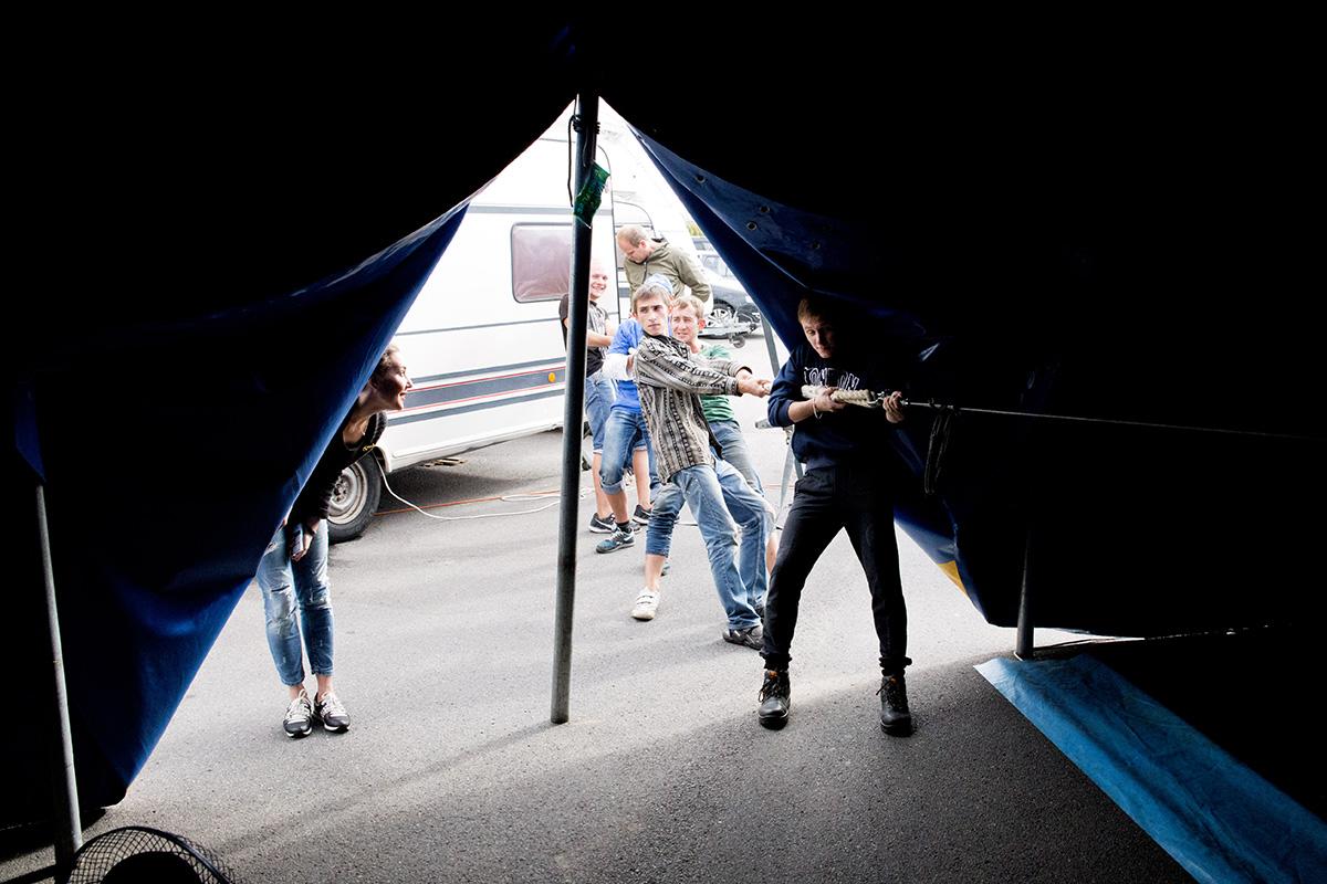Сотрудники цирка страхуют воздушных гимнастов